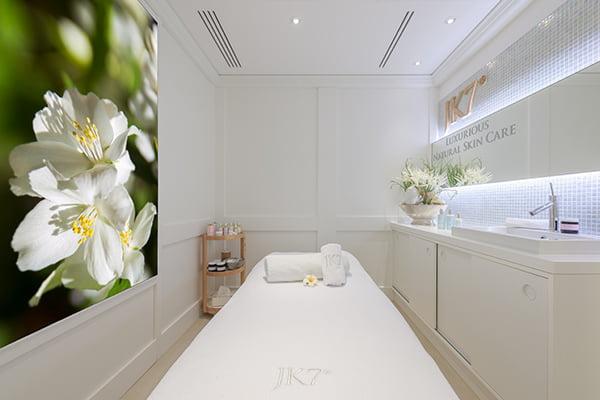 JK7 Luxurious Natural Skin Care, Treatmentkabine Osswald Facial Spa (PR-Image)