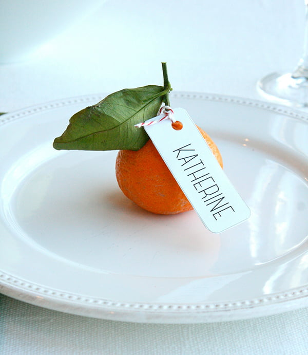 Xmas Tischdeko, Tischkarte mit Mandarine – Bild-Copyright: Erin Phraner (via Good Housekeeping)