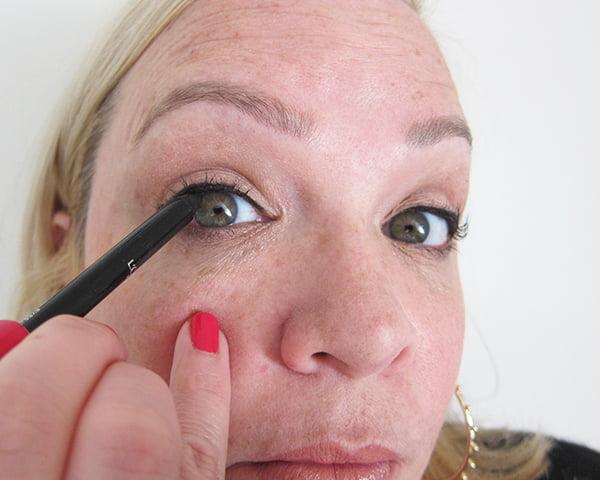 12: Schwarzer Infaillible Eyeliner (Gold Smoky Eye, Step by Step by Hey Pretty), La Palette Gold by L'Oréal Paris