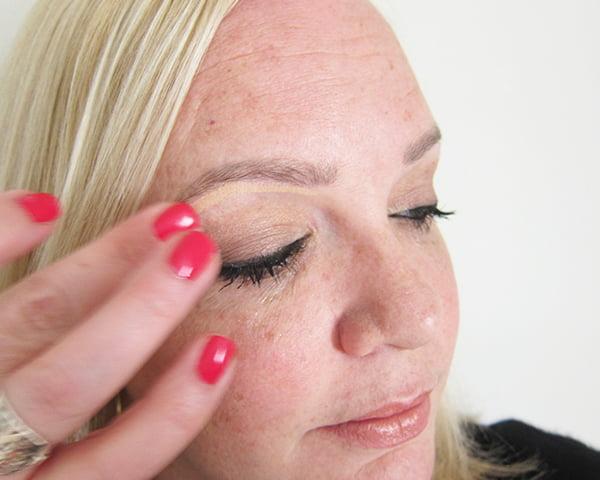 16: Braue mit Beige highlighten (Gold Smoky Eye Tutorial by Hey Pretty), La Palette Gold by L'Oréal Paris