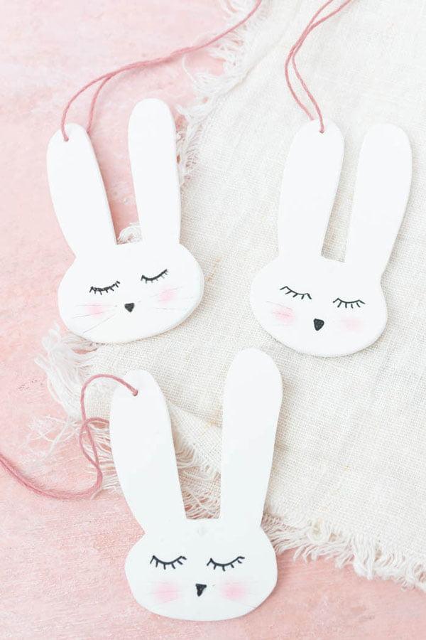Hasen-Anhänger aus Fimo von Ars Textura (Hey Pretty schöne Bastelideen zu Ostern – die besten DIY Projekte auf Pinterest)