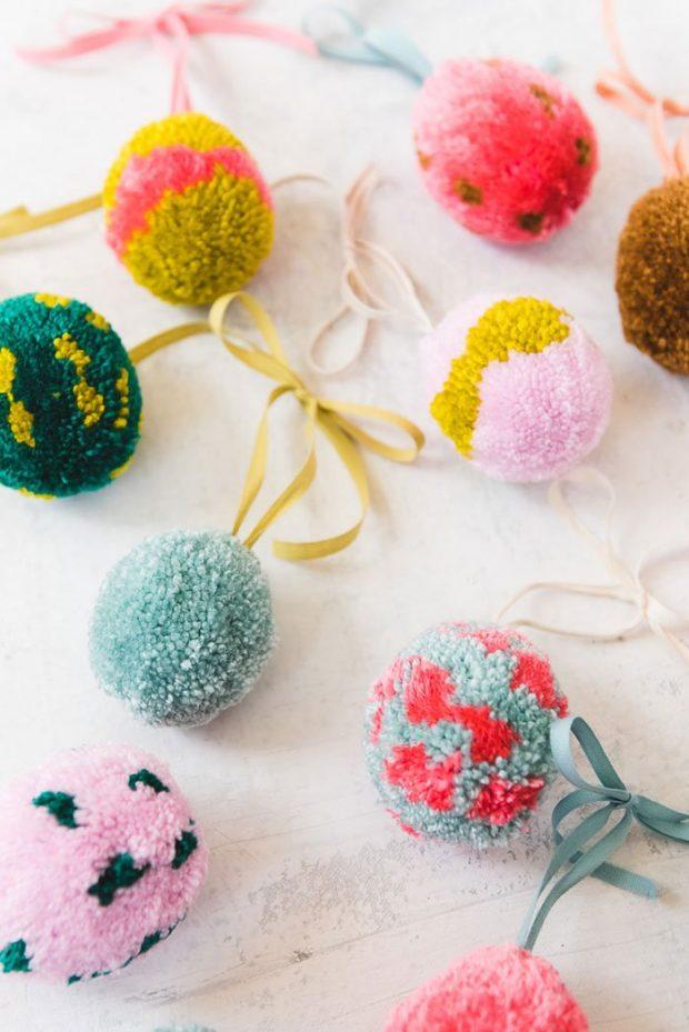 Bastel-Ideen für Ostern: Eier Pom Poms am Zweig von The House That Lars Built (Hey Pretty Roundup der schönsten DIY-Ideen fürs Osterfest)