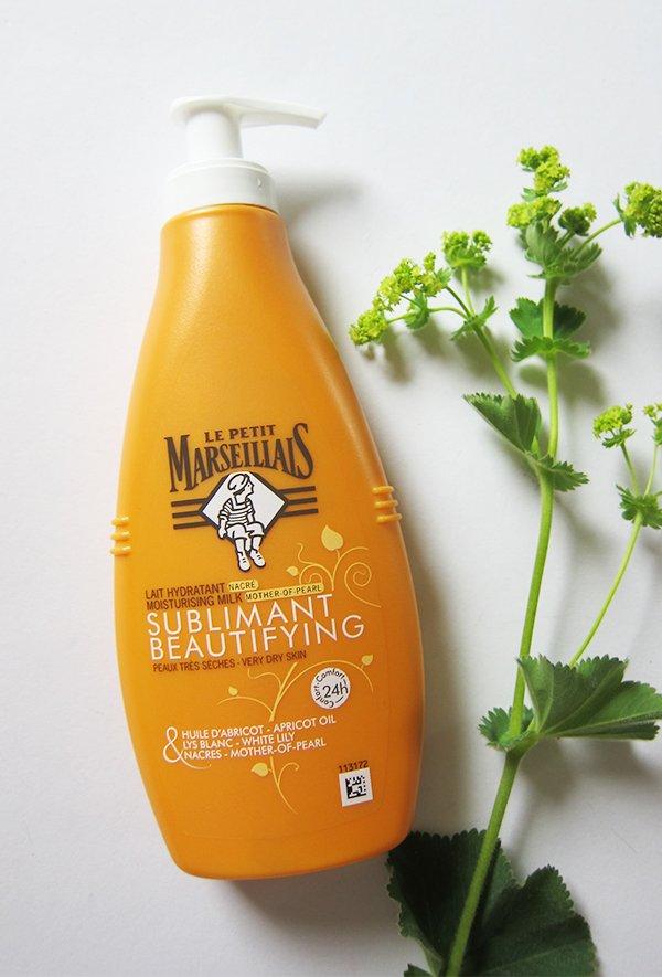 Le Petit Marseillais verfeinernde Perlmutt-Feuchtigkeitsmilch (Review Sublimant Beautifying auf Hey Pretty Beauty Blog)