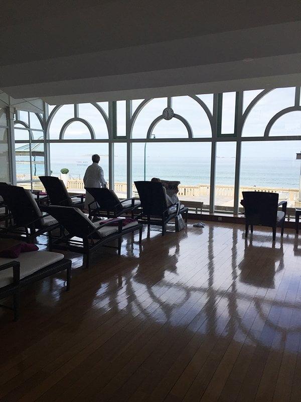 Ruheraum mit Meeresblick im Spa des Grand Hotel des Thermes Saint-Malo