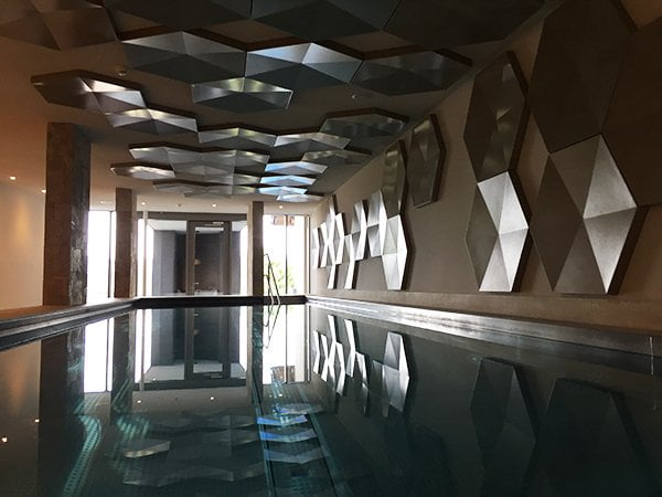 Innenpool Wellness im Grand Hotel Les Endroits (Spa Review Hey Pretty)