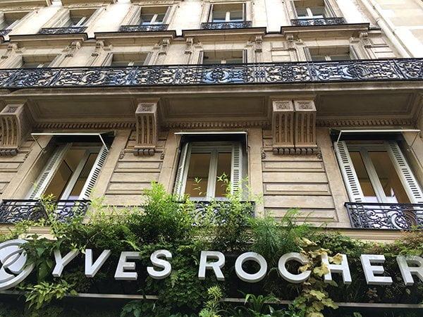 Fassade des ersten Yves Rocher Shops (Flagship) an der Boulevard Haussmann in Paris – Image by Hey Pretty
