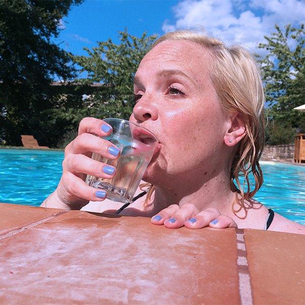 Sonennwoche: Steffi von Hey Pretty, voll mit UV im Pool