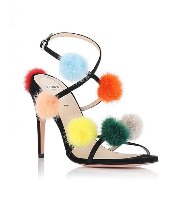Fendi Sandalen aus Wildleder mit Pompoms (Hey Pretty Fashion Flash: Der Party Shoe Edit)