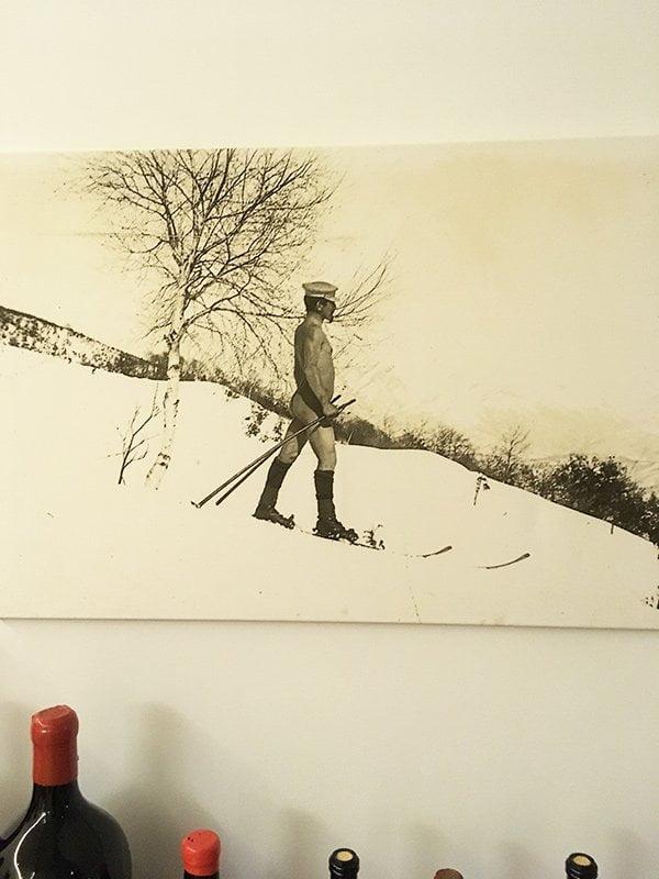 Historisches Bild aus dem Kurhaus Cademario: Nacktskifahren, hihihi (Image by Hey Pretty)