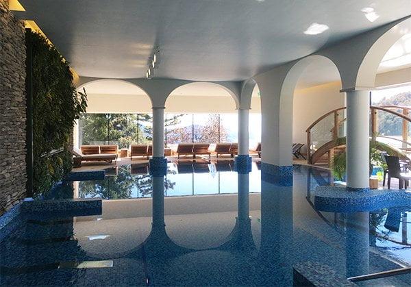 Wellnessbereich des DOT.Spa im Kurhaus Cademario (Image by Hey Pretty), Innenpool