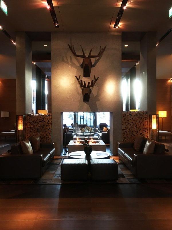 Lobby von The Chedi Andermatt (Spa Review auf Hey Pretty)