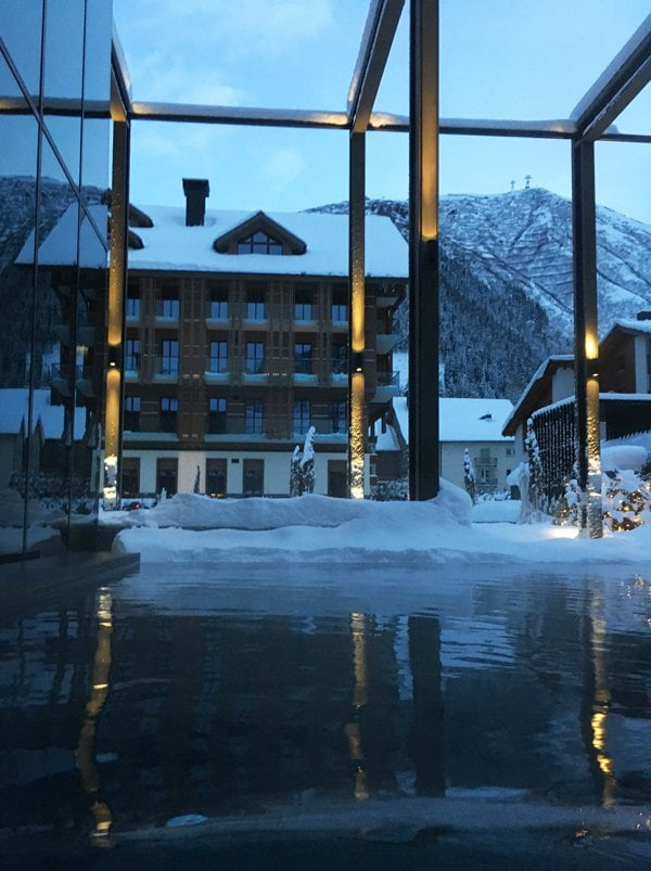 Aussenpool des The Chedi Andermatt (IMage by Hey Pretty)