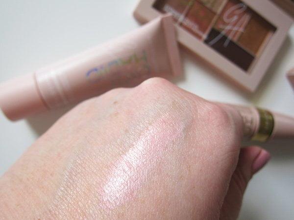 Closeup Gigi Hadid X Maybelline Strobing Liquid in Iridescent (Bild und Erfahrungsbericht auf Hey Pretty)