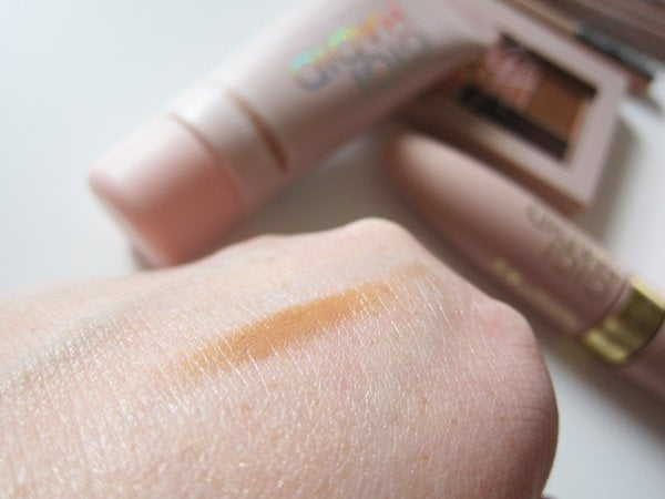 Closeup Gigi Hadid X Maybelline Tinted Primer in Light/Medium (Bild und Review auf Hey Pretty)