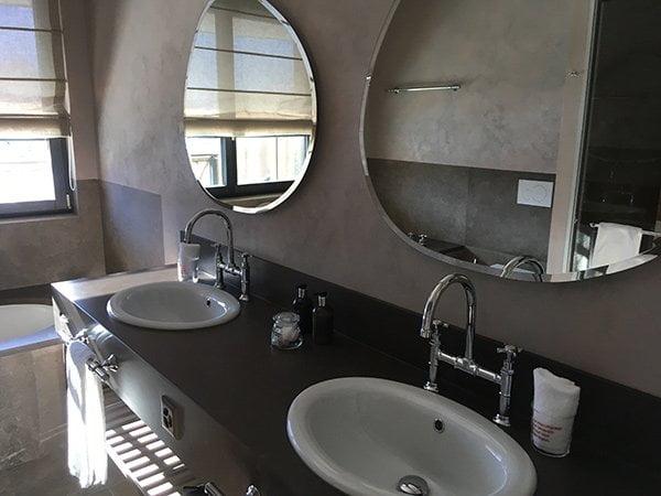 Badezimmer einer Corner Junior Suite im Valsana Hotel Arosa (Erfahrungsbericht auf Hey Pretty)