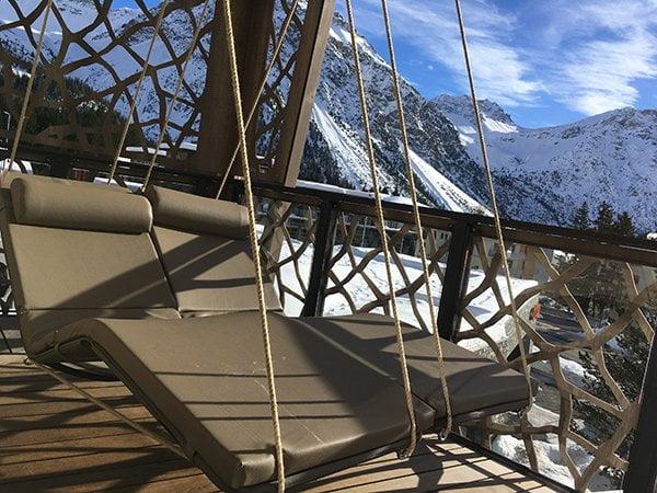 Schaukel auf Balkon im Spa – Valsana Hotel Arosa (Image by Hey Pretty)
