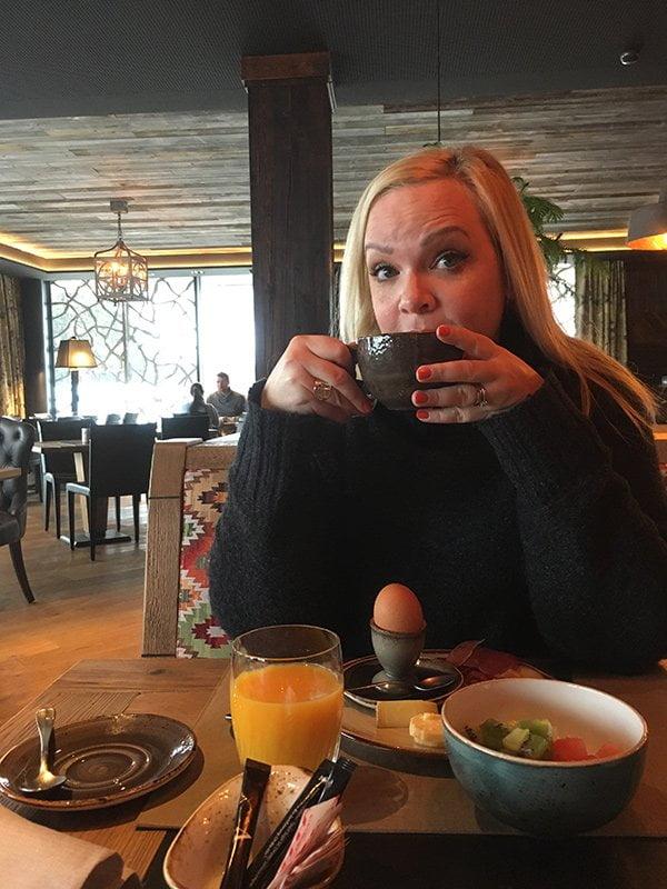 Hey Pretty Spa Review: Valsana Hotel Arosa, Steffi beim Frühstück