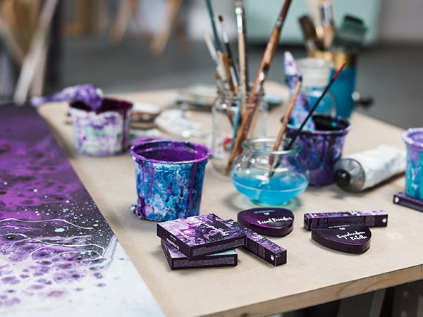 Dr. Hauschka Spring Look 2018: Purple Light (PR Image mit Künstlerin Emma Lindström)