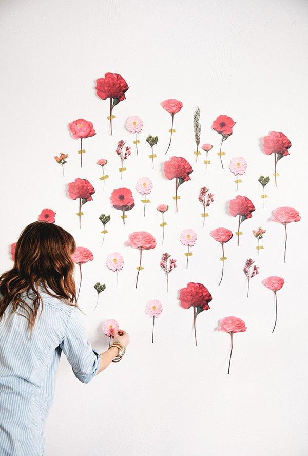 Blumen-Fotowand zum Selbermachen (Image via A Practical Wedding, Maddie Eisenhart), die schönsten DIY-Ideen für den Frühling auf Hey Pretty