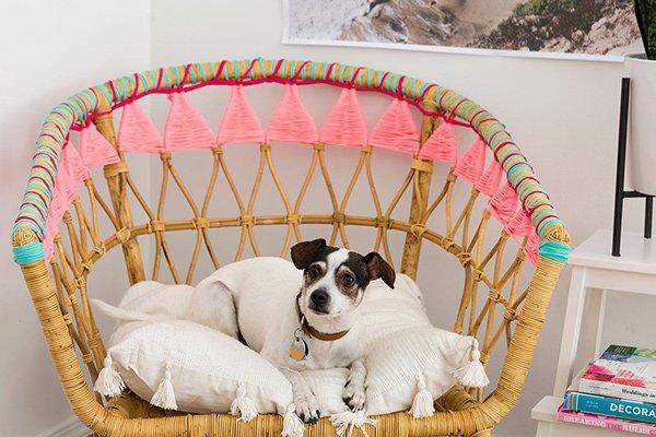 DIY Projekte für den Frühling: IKEA-Sessel mit bunter Wolle pimpen (Image via Brit+Co), Hey Pretty Bastelideen-Roundup