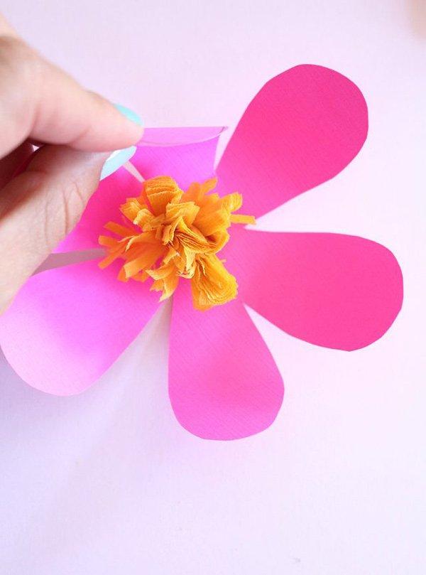 Papierblumen-Girlande von Lucy Akins (via eHow): Schöne DIY-Projekte für den Frühling