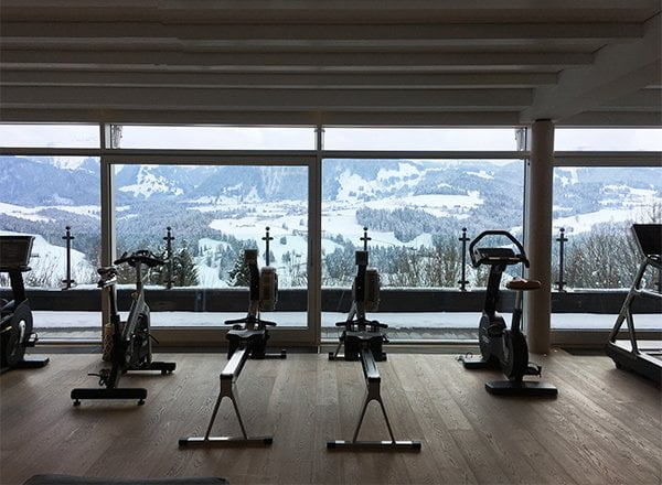 Trainingsraum mit Panoramablick in der Allgäu Sonne (Image by Hey Pretty)