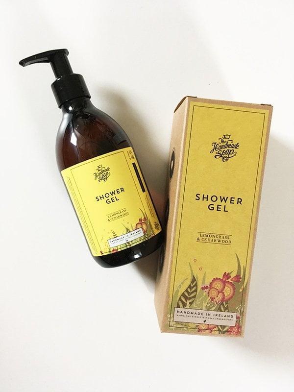 The Handmade Soap Shower Gel Lemongrass & Cedarwood (GreenEcoBox Schweiz), Image by Hey Pretty