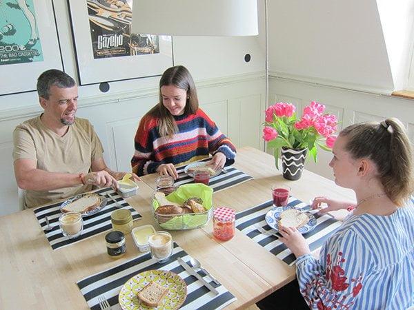 Schweizer Brot: Sponsored Content auf Hey Pretty mit glücklicher, St. Galler-Brot-liebender Familie