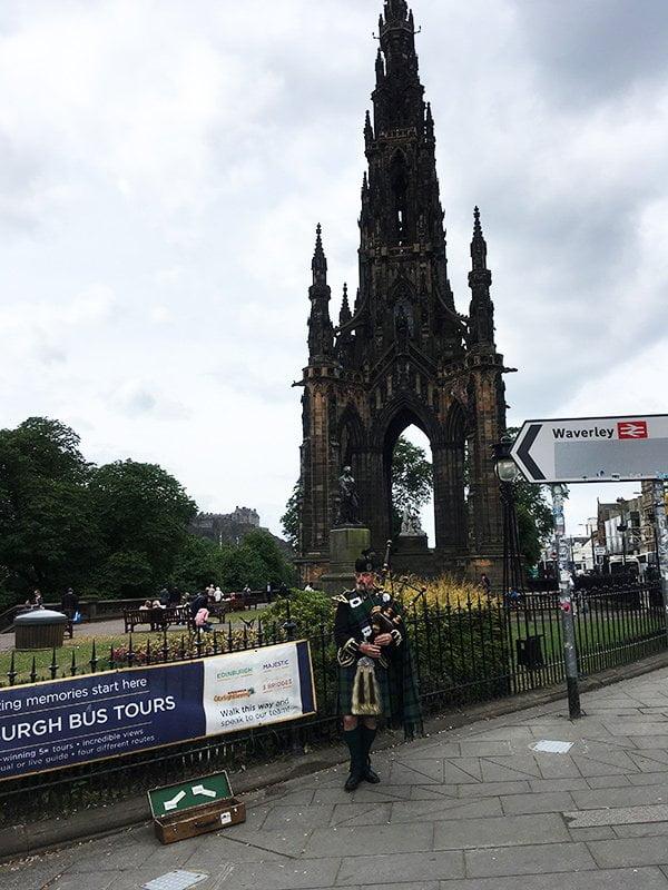 Edinburgh Old Town mit Dudelsackspieler (Hey Pretty Travels)