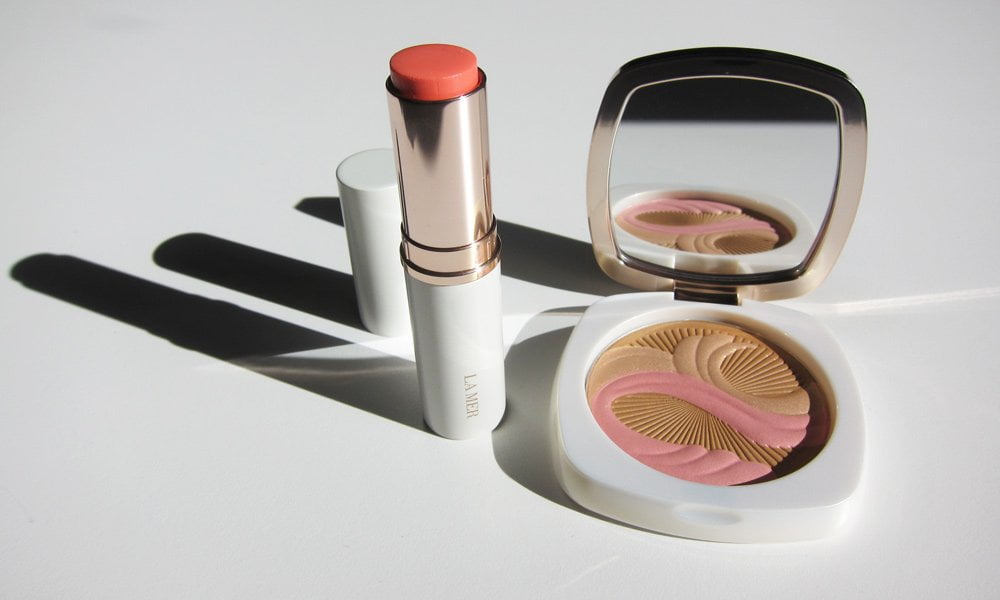 La Mer The Bronzing Powder und The Lip and Cheek Glow (Image: Hey Pretty)