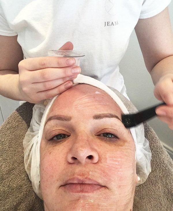 OxyGeneo Facial bei Elu Cosmetics Zürich: Gel auftragen vor der Radiofrequenz (Hey Pretty)