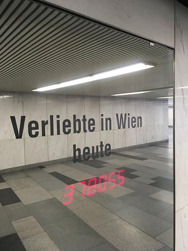 Verliebte heute in Wien: Kunstinstallation am Karlsplatz (Hey Pretty Städtetrip Tipps)