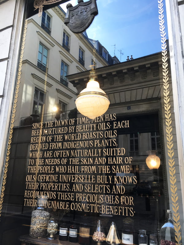 Schaufenster bei L'Officine Universelle Buly an der Rue Bonaparte in Paris (Hey Pretty Beauty Blog)