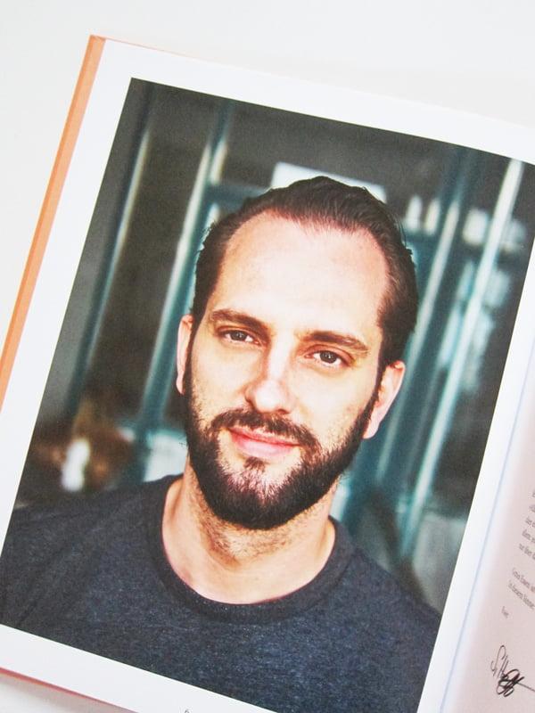 Sebastian Hoffmann, Autor von «Alle an einen Tisch» (GU Verlag 2018), Image Copyright: GU Verlag – Kochbuch-Liebe auf Hey Pretty