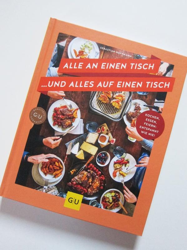 Buchcover Sebastian Hoffmann: Alle an einen Tisch (GU Verlag 2018), Kochbuch-Review auf Hey Pretty