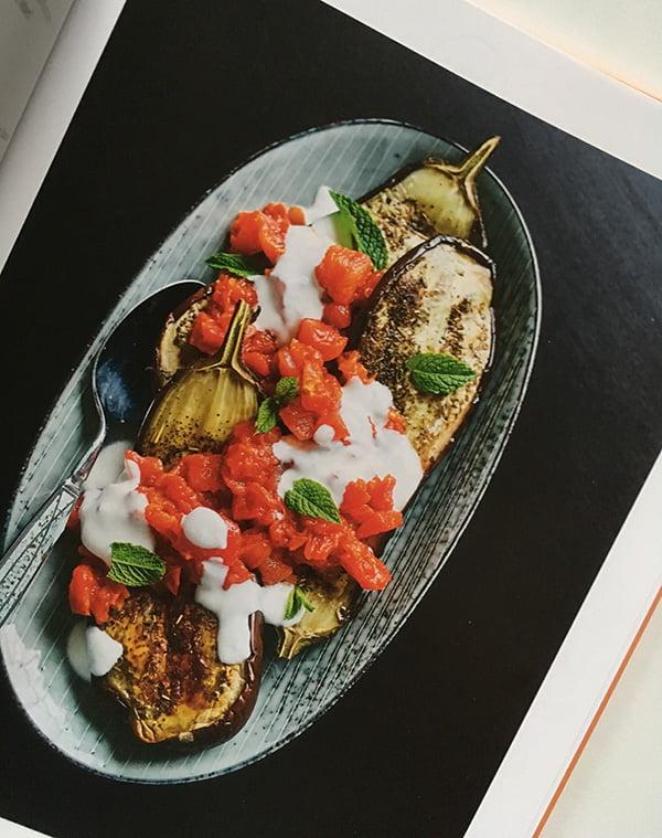 Auberginen mit Joghurt und Zatar (Rezeptbild) aus «Alle an einen Tisch» von Sebastian Hoffmann, (GU Verlag 2018), Image Copyright: GU Verlag – Kochbuch-Liebe auf Hey Pretty