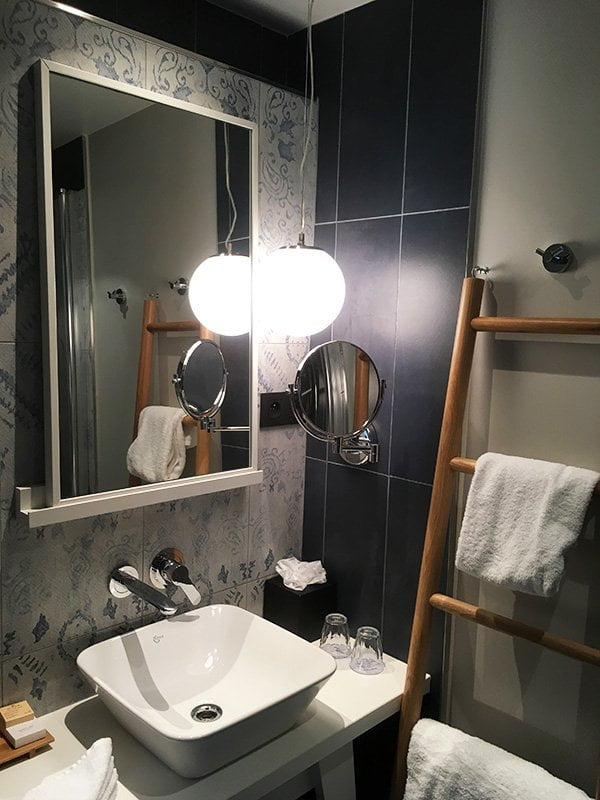 Badezimmer im Hotel Le Belleval Paris (Image by Hey Pretty)