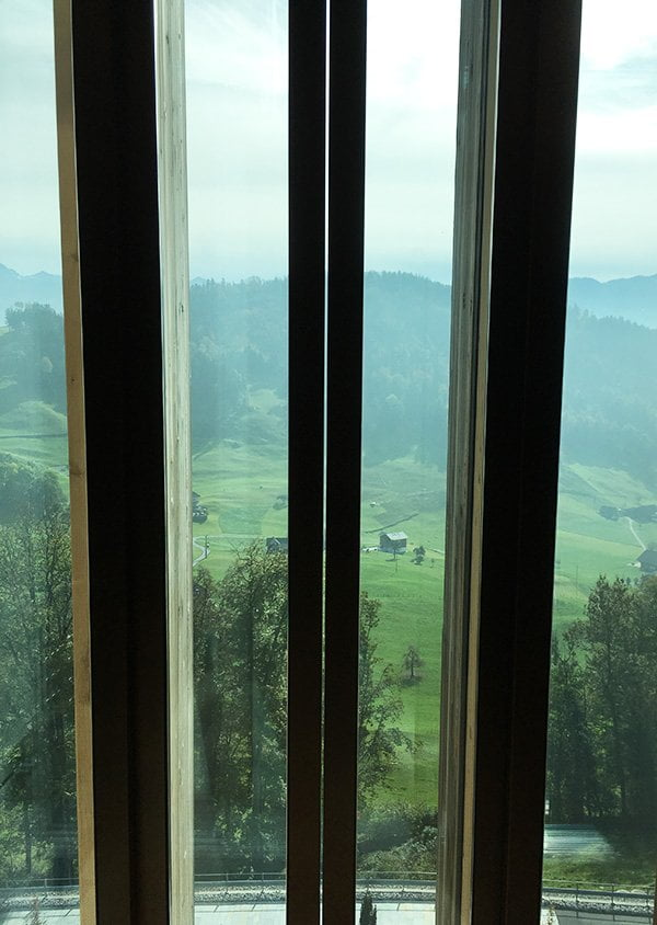 Lift mit Aussicht im Waldhotel Bürgenstock Resort (Hey Pretty Spa Review mit SkinCeuticals)
