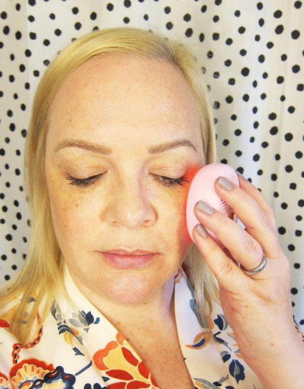 Anwendung des FOREO UFO mini Gesichtsmasken-Geräts: Review und Tutorial auf Hey Pretty Beauty Blog