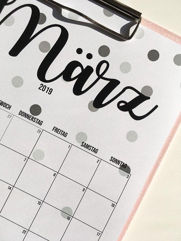 Druckvorlage Free Printable Wandkalender 2019 von Hey Pretty im Confetti-Design: Closeup März 2019