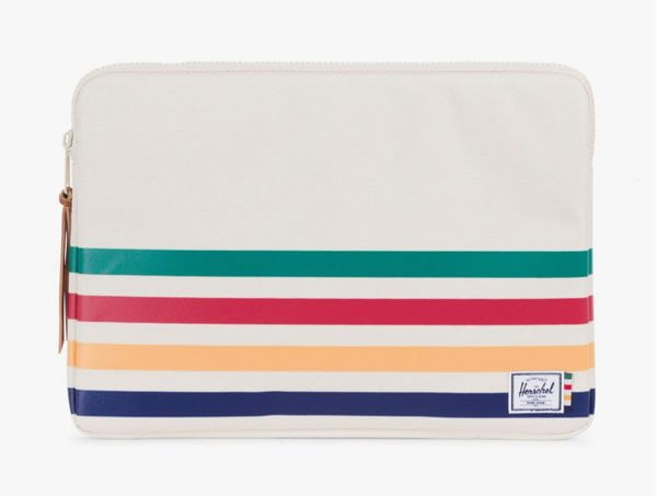 Schöne Laptophüllen auf Hey Pretty: Herschel «Hudson Bay Company» Anchor Laptop Sleeve