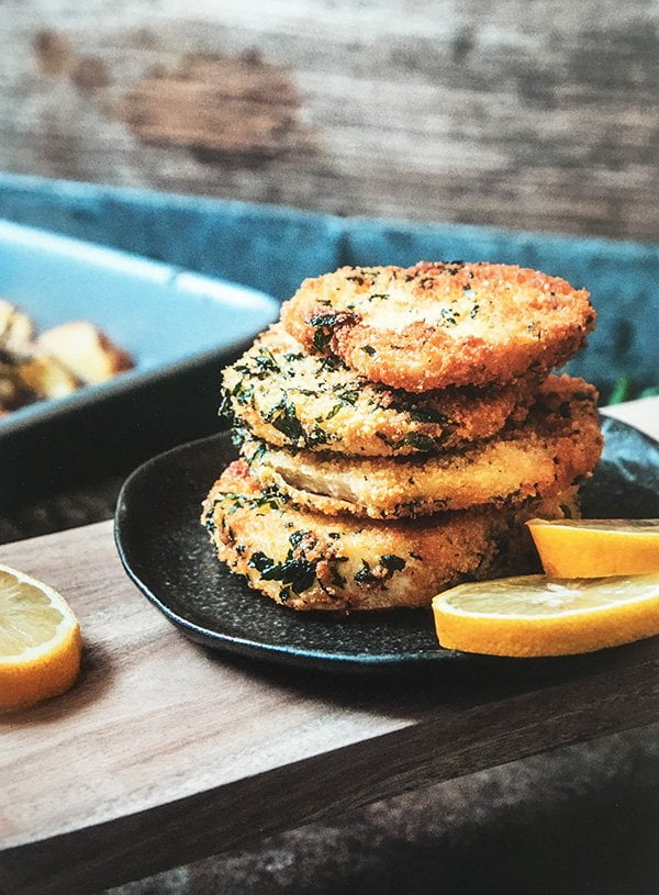Rezeptbild Sellerieschnitzel mit Ofenkartoffeln aus «LouMalou – Entspannt kochen» von Nadja Zimmermann (Image Copyright: Nadja Zimmermann/AT Verlag)