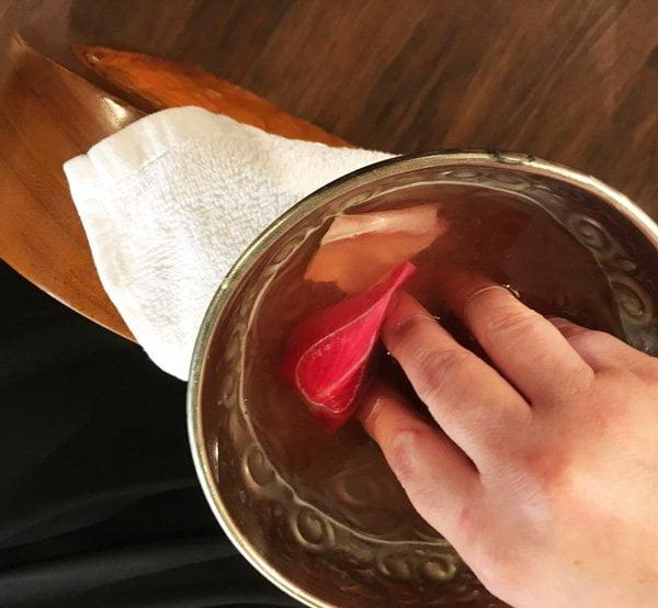 Handbad vor der Naked Manicure von Zoya –neu bei der Schminkbar Zürich erhältlich (Hey Pretty Review)
