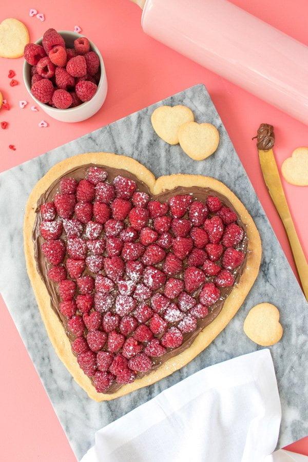 Nutella Pizza Herz zum Valentinstag: Herzige DIY Ideen auf Hey Pretty Beauty Blog (Bild von Sarah Hearts)
