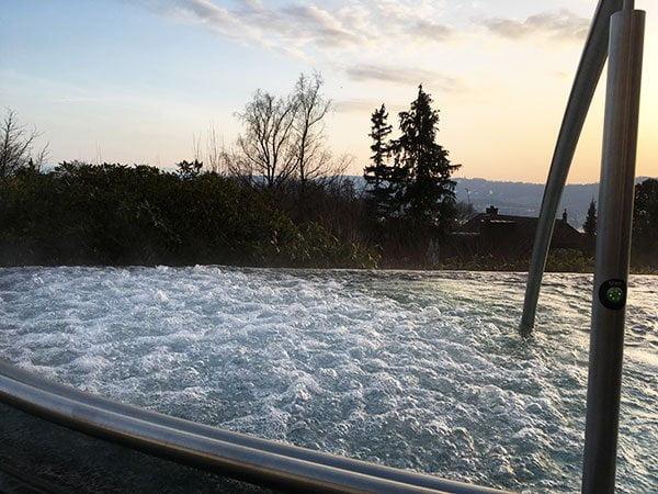 Outdoor Whirlpool im Spa von The Dolder Grand (Hey Pretty Review)
