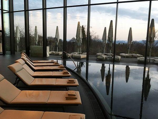 Indoor Pool im Spa von The Dolder Grand (Hey Pretty Review)
