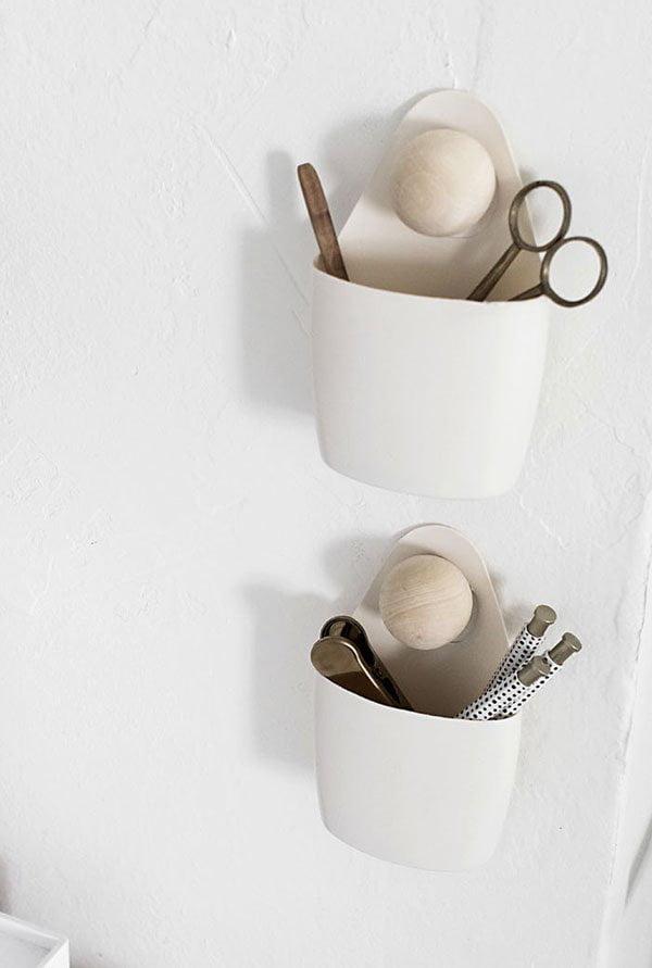 Closeup DIY Hanging Wall Organizers auf Homey oh My (Hey Pretty Nordic Style on a Budget – Coole Tipps zum Einrichten)