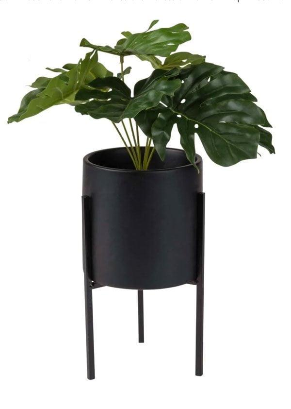 Scandi Style für wenig Geld: Künstliche Mostera-Pflanze im Übertopf von Maisons du Monde (Hey Pretty Deko Flash)