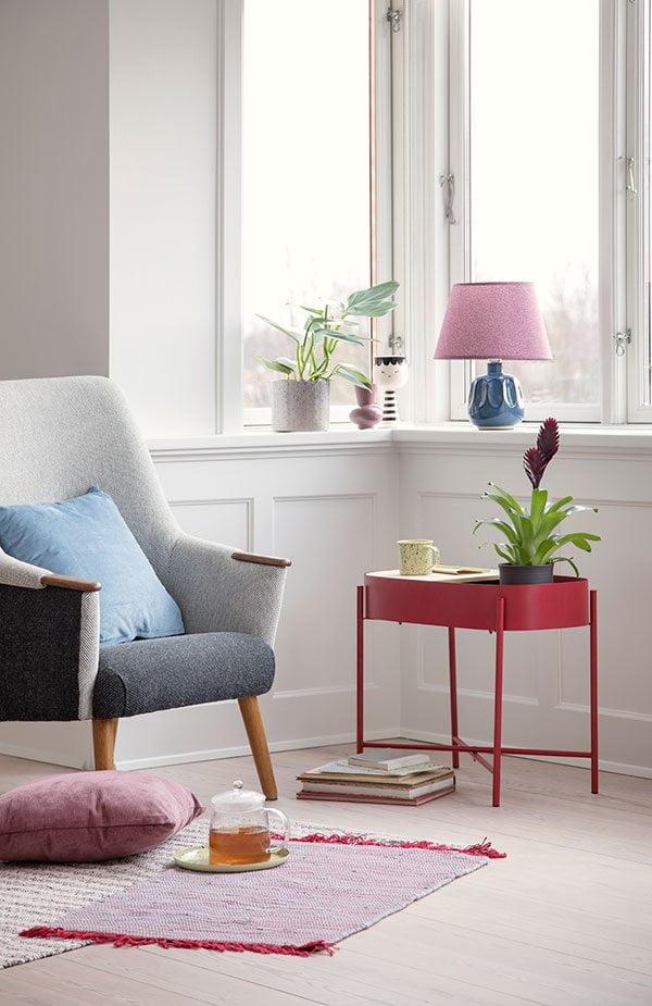 Scandi-Style geht auch günstig: Sostrene Grene Beistelltisch in Rot (PR Image), Hey Pretty Deko Flash