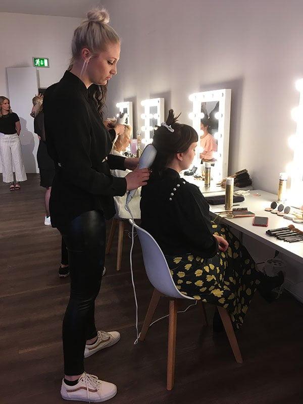 Vreni Frost wird gestylt an der Philips Beauty Day 2019 in Hamburg (Stalker-Bild von Hey Pretty)